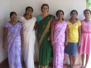 von l. nach r. Needeka (Büro), Chamali (Erzieherin), Ich,Mrs Kanti (Büro), 2 advanced Level Schülerinnen und Helferinnen des Children Centers